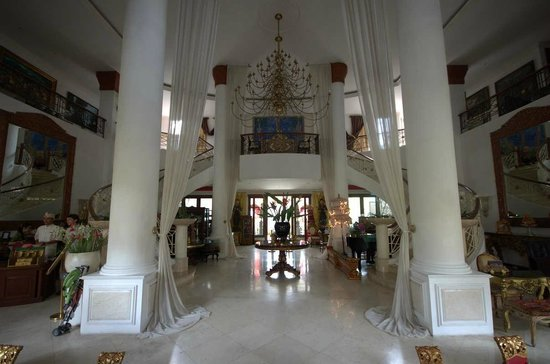 The Mansion Resort Hotel & Spa: That lobby again!