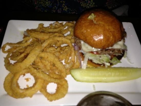 Ri Ra Irish Pub: Pub burger with onion rings