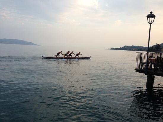 Hotel Garni Riviera: venetian style rowers in front of hotel