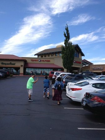Woodburn Premium Outlets: Under the clear Oregon skies