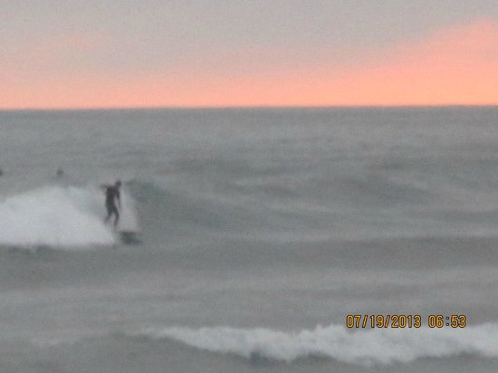 Harbor Inn & Suites Oceanside / San Diego: Surfers riding the waves under the sunset