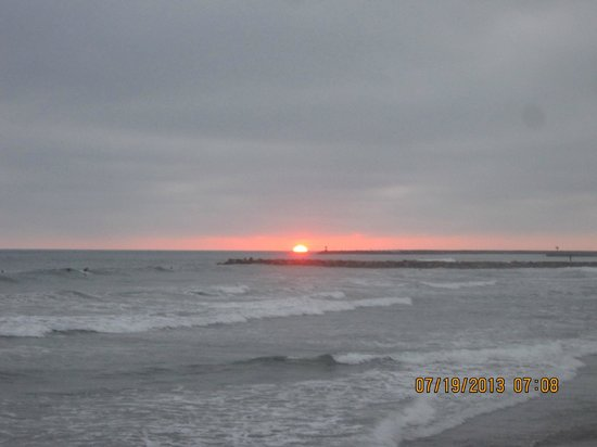 Harbor Inn & Suites Oceanside / San Diego: The sun setting at the beach nearby within walking distance of the hotel