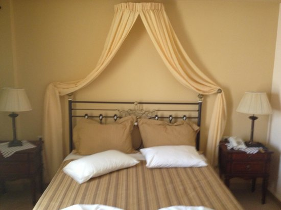 Anassa Deluxe Suites: Sorry this is the bedroom in master