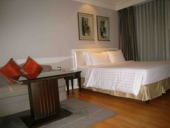 Centre Point Hotel Chidlom: Bed & Seating Area