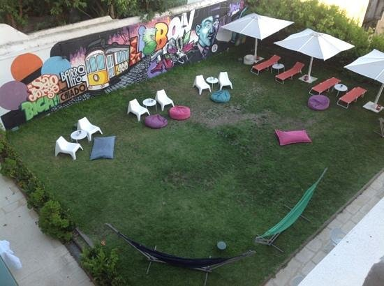 Lisb'on Hostel: view of the garden from the roof terrace