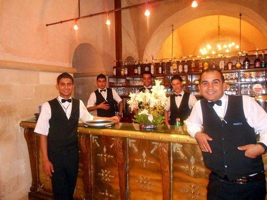 Hotel Diar Lemdina : The crew bij de bar