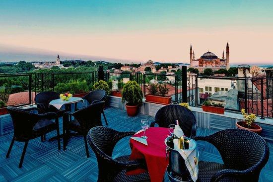 أجورا لايف هوتل: Terrace