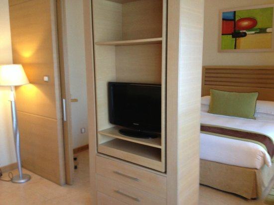 Nour Arjaan by Rotana - Fujairah: Rotating tv from lounge/bedroom double room