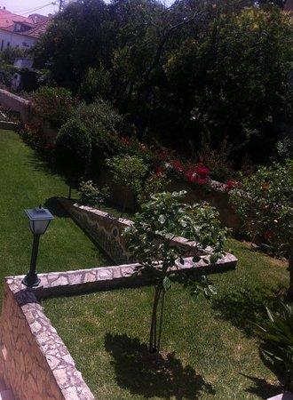 Hotel Smart: well kept garden.