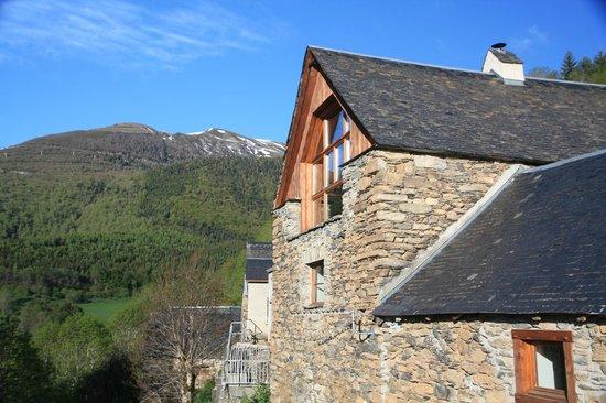 La Ferme De Soulan: le salon vu de l'extérieur et sa grande baie vitrée