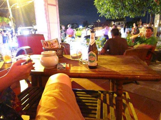 Al Fresco's Restaurant: Nice to sit outside on a sofa.