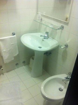 Valbrenta Hotel : bagno piccolo ma pulito
