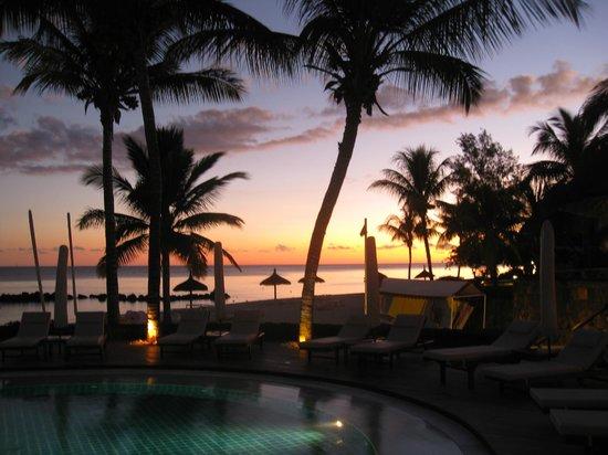 Sands Suites Resort & Spa: Sonnenuntergang beim Pool