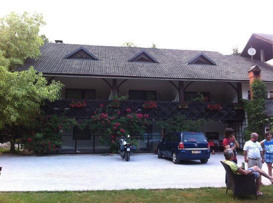 Garni Pension Pibernik: the building