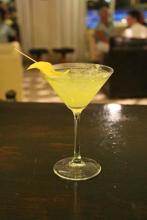 The Hideaway Club Hotel: Martinis at the bar