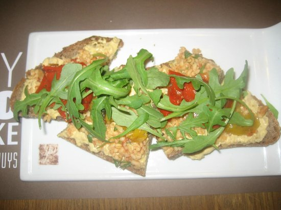 Vlaamsch Broodhuys: sandwich with chicken salad, tomato, bulgur and pine nuts = 7.25 euro