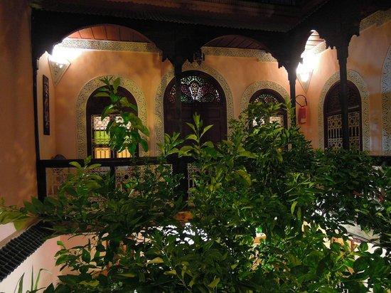 Riad Dar Tamlil: Patio central y vistas ubicación habitacion nº2