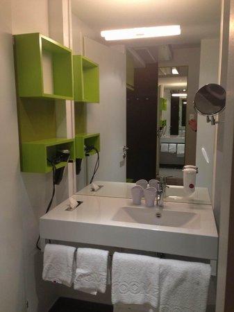 Roomz Graz Budget Design Hotel: Mittelteil vom Bad.