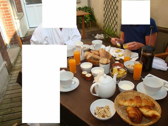 Les Epicuriens - chambres d'hotes : Court yard breakfast
