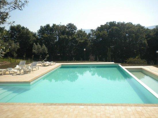 Borgo Nociquerceto : piscina con cascata
