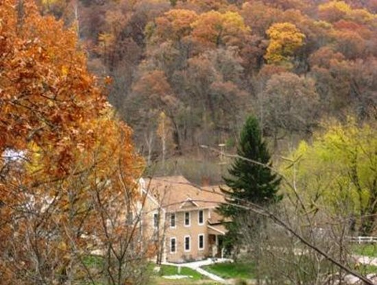 Brambleberry Bed & Breakfast: Brambleberry is a spectacular place to visit n the fall.
