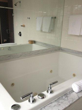 Kimpton Hotel Palomar Philadelphia: Spa King Fuji Soak Tub