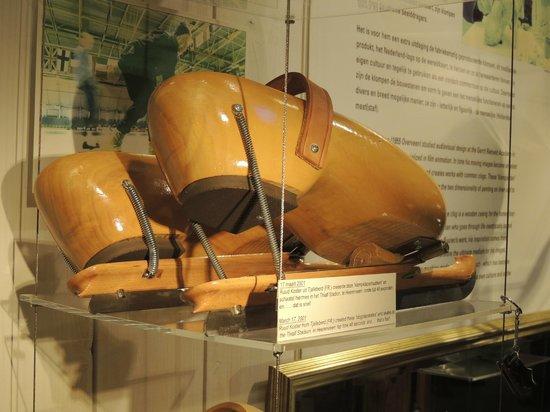 Zaanse Schans: Wood shoe iceskates