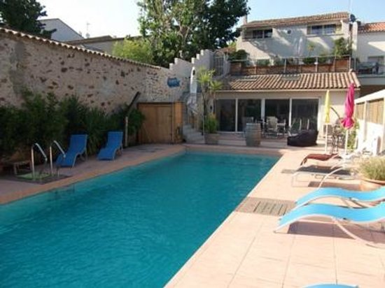 Petit Hotel Marseillan: Pool and house