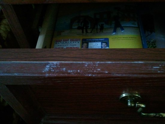 Baymont Inn & Suites Waycross: Mold/mildew on drawer of nightstand.  Had to wipe down with cloth.