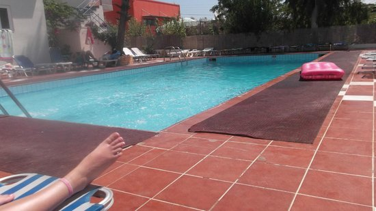 Primavera Beach Studios & Apartments: The pool, music playing everyday!