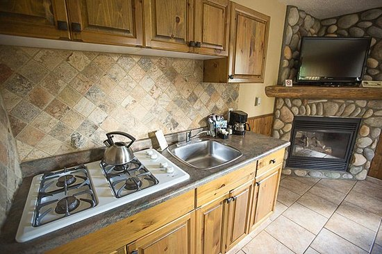 Patricia Lake Bungalows Resort: Kitchenette and fireplace