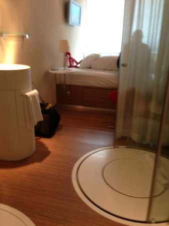 citizenM Amsterdam: Shower, sink, bed