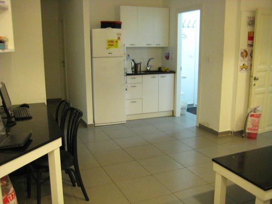 Florentine Hostel : Small kitchenette in the common room, with a kettle, fridge and tea