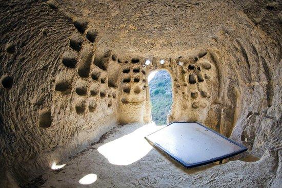 Calascibetta, Itália: All'interno di una delle grotte del Villaggio