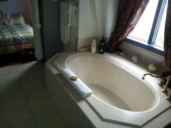 Heartwood Inn and Spa: nice big bath