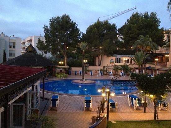 Cabau Aquasol: Aquasol pool area at night