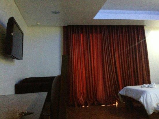 Giulius Boracay Italian Resort: couch and door to balcony