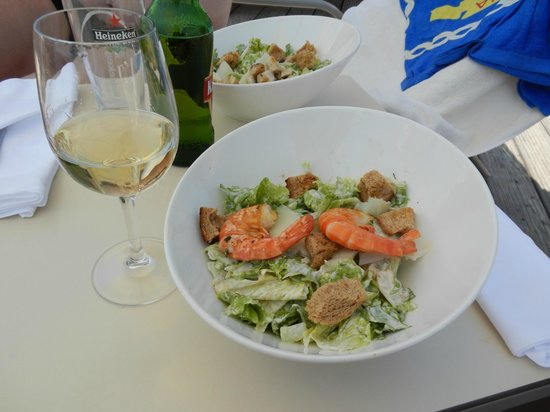 Mistral Beach Bar and Restaurant : Ceasar salad and a glass of white wine for lunch