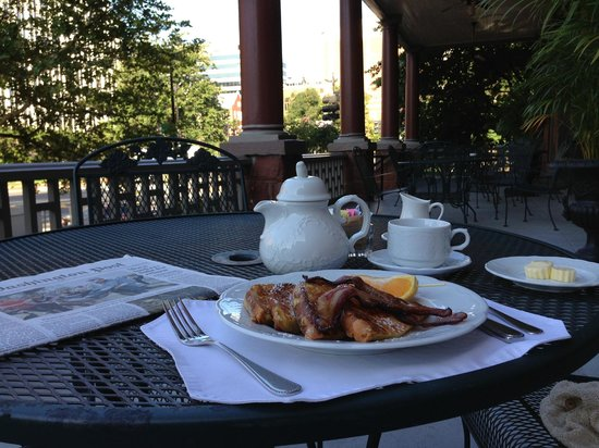 Morrison-Clark Historic Inn: Breakfast on the veranda
