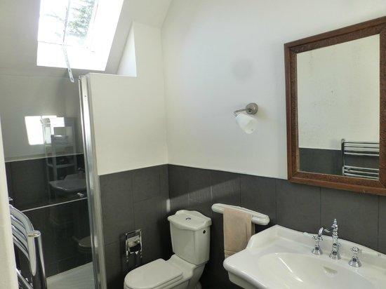 Le Petit Manoir de Keriolet : salle de bains avec douche à l'italienne