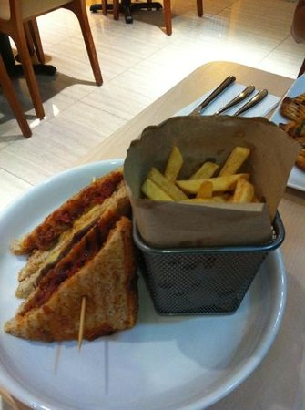 C'haya Hotel: great sandwich & fries