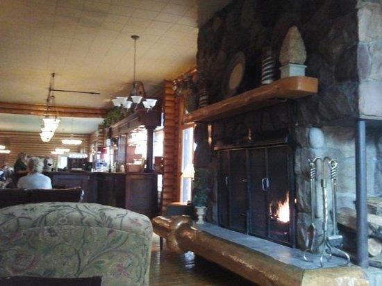 Overlander Mountain Lodge: Cozy lounge area
