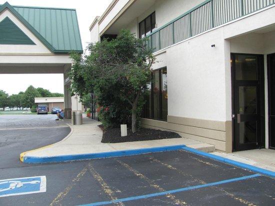 Motel 6 Frederick - Fort Detrick: entrance of motel