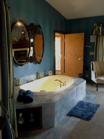 Lodge at Grant's Trail by Orlando's: Tub and sitting area