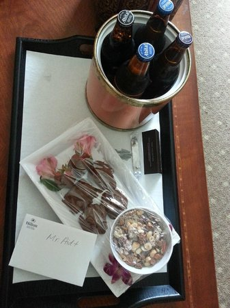 Hilton Baton Rouge Capitol Center: Bonus waiting for us...Abita beer and chocolately delights!