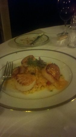 Whispers Restaurant: Scallops entree
