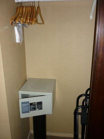 La cabina armadio con la cassaforte - Picture of Sheraton Gateway ...