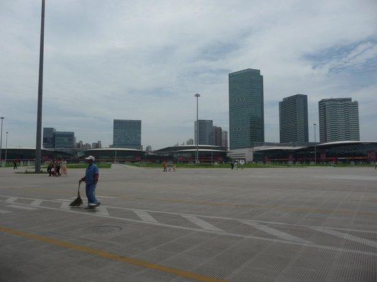 Shanghai New International Expo Centre (SNIEC): 内側の広場です
