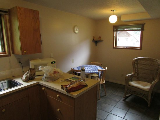 Yoho Guesthouse: Kitchen and dining area