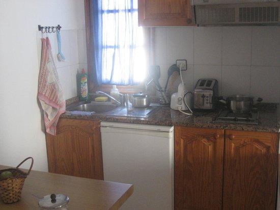 Las Lilas Apartments: Kitchen